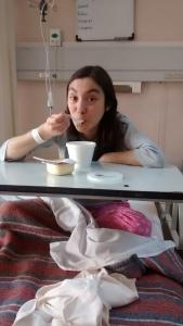 Disfrutando la comida del hospital.